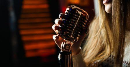 Soñar con cantar